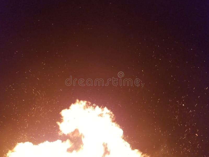 Πυράκτωση φωτιών με τις διεσπαρμένες χοβόλεις στοκ φωτογραφία με δικαίωμα ελεύθερης χρήσης