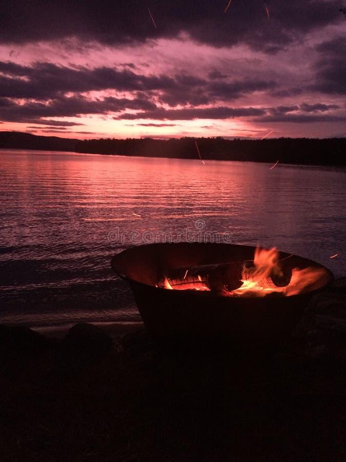 Πυρά προσκόπων ηλιοβασιλέματος στοκ εικόνα με δικαίωμα ελεύθερης χρήσης