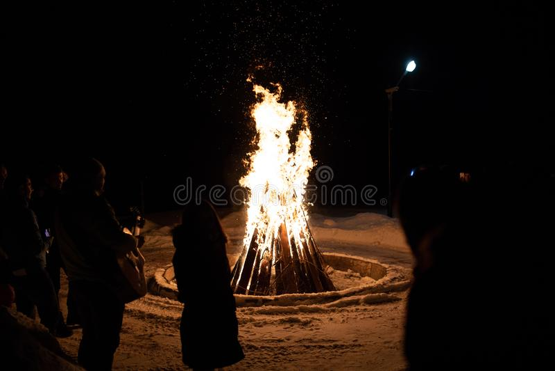 Πυρά προσκόπων σε μια νύχτα στη στρατοπέδευση στοκ φωτογραφία με δικαίωμα ελεύθερης χρήσης