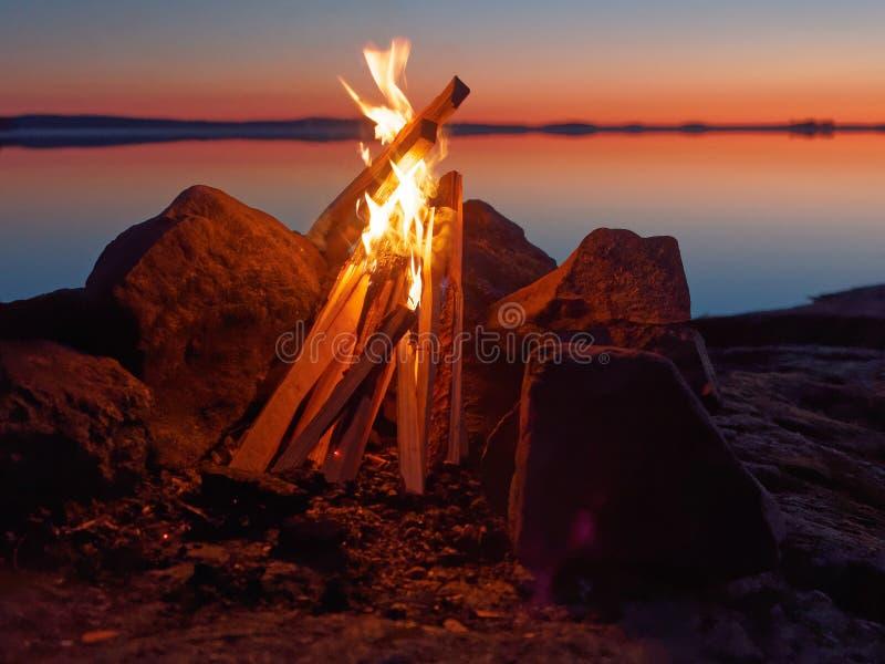 Πυρά προσκόπων στην παραλία τη νύχτα στοκ φωτογραφίες