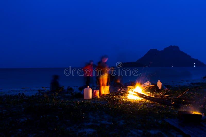 Πυρά προσκόπων στη νύχτα στην παραλία κατά τη διάρκεια του καλοκαιριού στοκ φωτογραφία με δικαίωμα ελεύθερης χρήσης