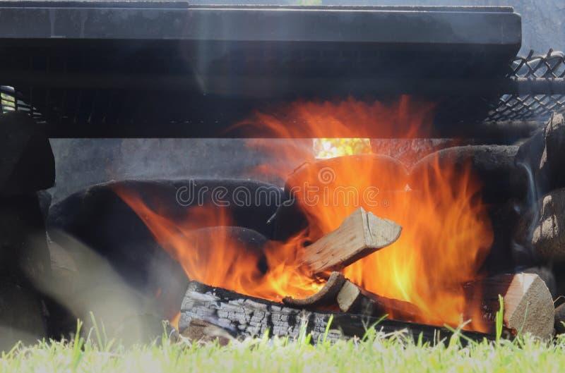 Πυρά προσκόπων στον κήπο Μακροχρόνια έκθεση που γίνεται το θαυμάσιο πορτοκαλί κύμα Ιδανική φλόγα για τη σχάρα Χαλαρώνοντας άποψη στοκ εικόνες