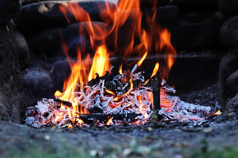 Πυρά προσκόπων στον κήπο με το ξύλινο κάψιμο στο απόγευμα exposure long Τα μμένα κούτσουρα χάνουν αργά τη θερμαντική αξία τους Χα στοκ εικόνες με δικαίωμα ελεύθερης χρήσης