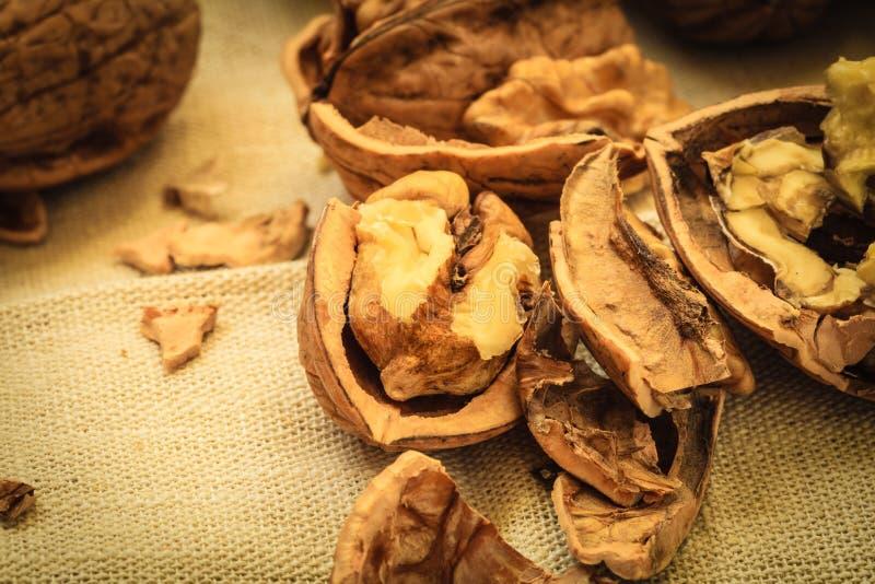 Πυρήνες ξύλων καρυδιάς στον αγροτικό πίνακα στοκ εικόνες