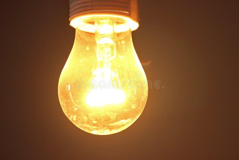 Πυρακτωμένη κίτρινη πυράκτωση παλαιό σχήμα φωτισμού, μεγάλη κατανάλωση ισχύος πολύ θερμός λαμπτήρας με μορφή ενός αχλαδιού στοκ εικόνα