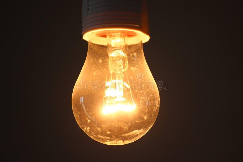 Πυρακτωμένη κίτρινη πυράκτωση παλαιό σχήμα φωτισμού, μεγάλη κατανάλωση ισχύος πολύ θερμός λαμπτήρας με μορφή ενός αχλαδιού στοκ εικόνες