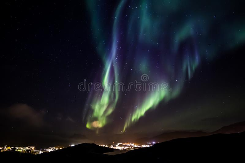 Πυρακτώσεις των βόρειων φω'των με τα λάμποντας αστέρια στον ουρανό πέρα από στοκ φωτογραφία με δικαίωμα ελεύθερης χρήσης