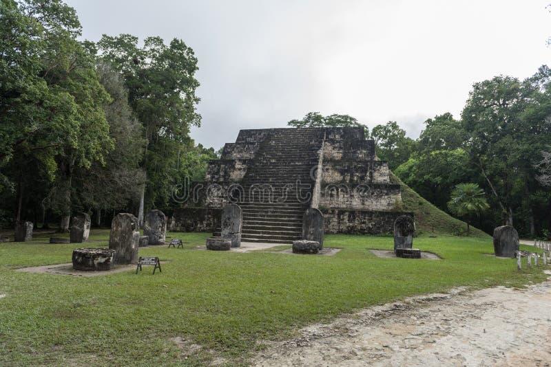 Πυραμίδα και ο ναός στο πάρκο Tikal Αντικείμενο επίσκεψης στη Γουατεμάλα με τους των Μάγια ναούς και τις εθιμοτυπικές καταστροφές στοκ φωτογραφίες