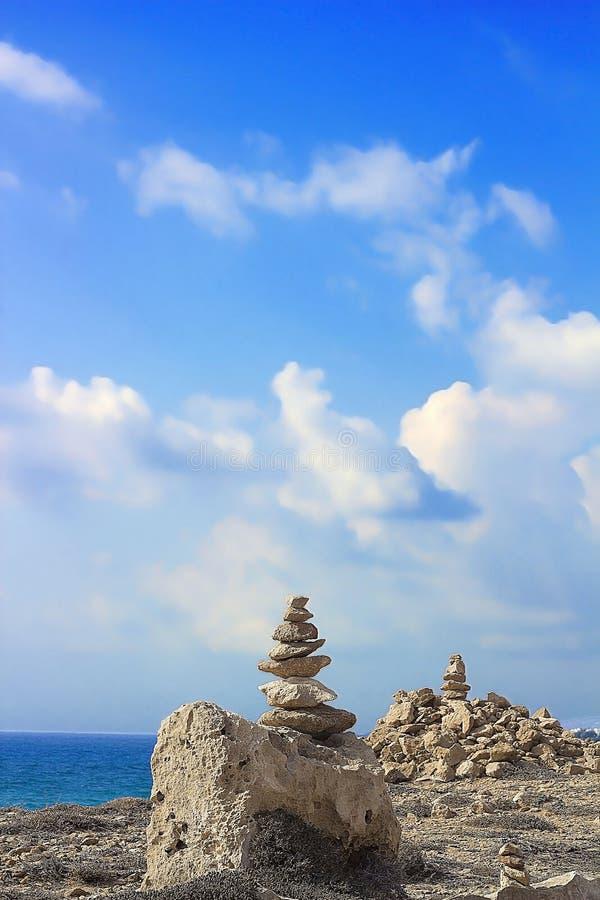 Πυραμίδα πετρών στο υπόβαθρο της Μεσογείου Πλάτη ακτών στοκ φωτογραφίες