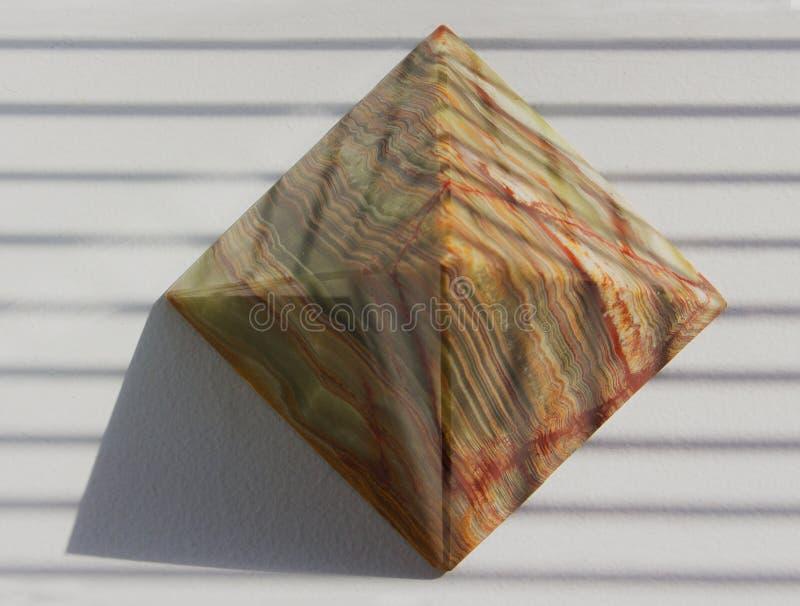 Πυραμίδα σε μια ηλιόλουστη στρωματοειδή φλέβα παραθύρων στοκ εικόνα με δικαίωμα ελεύθερης χρήσης