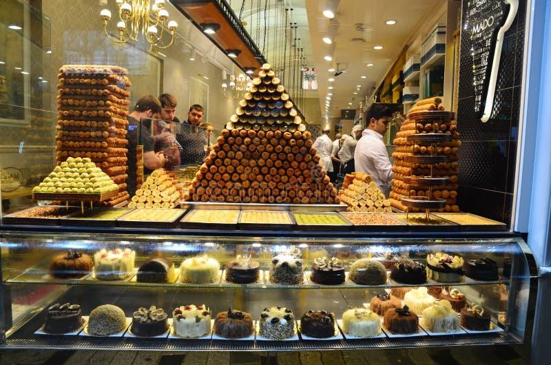 Πυραμίδα των τουρκικών γλυκών Προθήκη του καταστήματος/του καφέ στην περιοχή Taksim στοκ φωτογραφία με δικαίωμα ελεύθερης χρήσης
