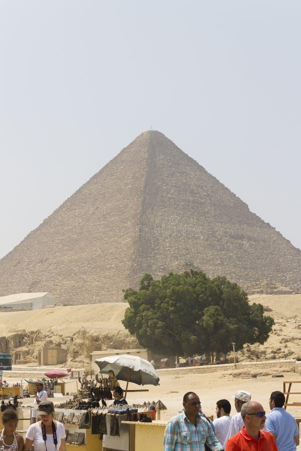 Πυραμίδα Khufu (Cheops) + έμποροι και τουρίστες στοκ εικόνα