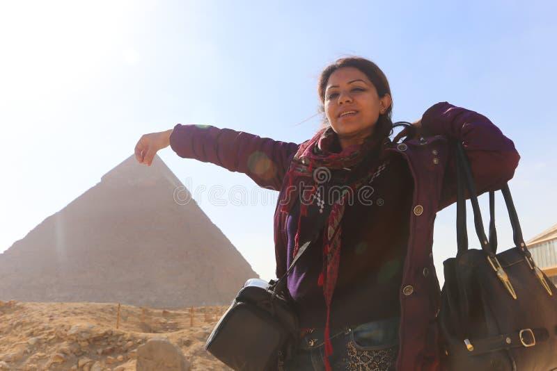 Πυραμίδα και γυναίκα στοκ εικόνες με δικαίωμα ελεύθερης χρήσης