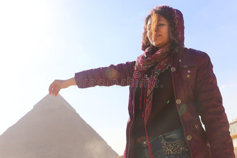 Πυραμίδα και γυναίκα στοκ φωτογραφίες