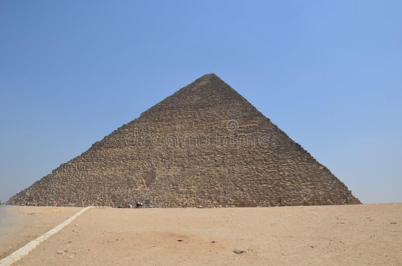 Πυραμίδα στη σκόνη άμμου κάτω από τα γκρίζα σύννεφα στοκ φωτογραφίες
