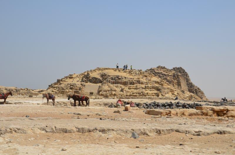 Πυραμίδα στη σκόνη άμμου κάτω από τα γκρίζα σύννεφα στοκ εικόνα