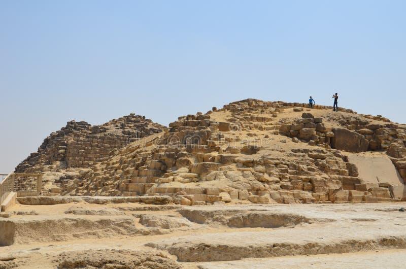 Πυραμίδα στη σκόνη άμμου κάτω από τα γκρίζα σύννεφα στοκ φωτογραφία με δικαίωμα ελεύθερης χρήσης