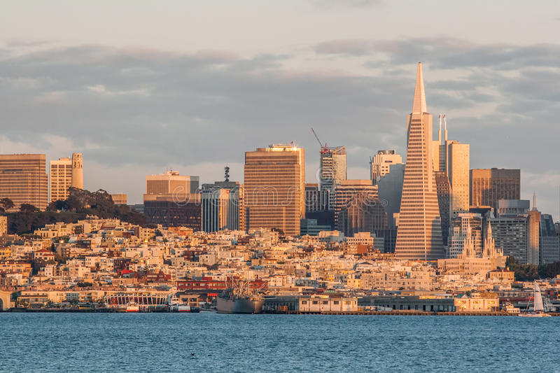 Πυραμίδα Transamerica και πόλη του Σαν Φρανσίσκο το βράδυ, Σαν Φρανσίσκο, ασβέστιο, ΗΠΑ στοκ φωτογραφίες