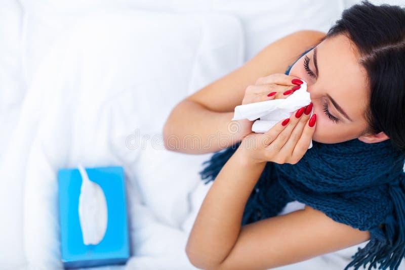 Πυρετός και κρύο Πορτρέτο της όμορφης πιασμένης γυναίκα γρίπης, που έχει το Χ στοκ εικόνες