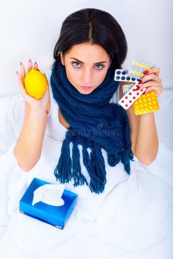 Πυρετός και κρύο Πορτρέτο της όμορφης πιασμένης γυναίκα γρίπης, που έχει το Χ στοκ φωτογραφίες