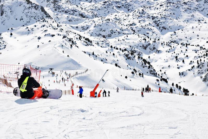 ΠΥΡΗΝΑΙΑ, ΑΝΔΌΡΑ - 11 ΦΕΒΡΟΥΑΡΊΟΥ 2017: Το snowboarder κάθεται στο ρ στοκ φωτογραφία