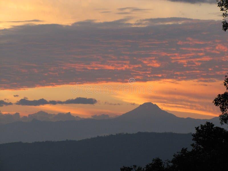 Πυρκαγιά ηφαιστείων Tolima icepeak skyes στοκ φωτογραφίες
