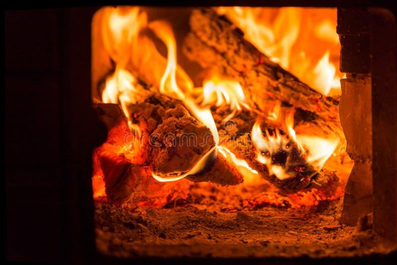 Πυρκαγιά και άνθρακες στο φούρνο εστιών στοκ φωτογραφία με δικαίωμα ελεύθερης χρήσης