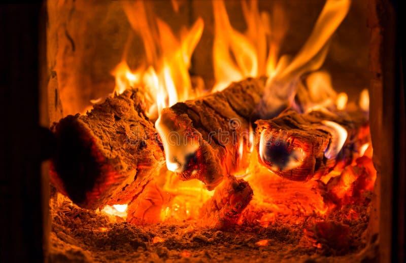 Πυρκαγιά και άνθρακες στο φούρνο εστιών στοκ εικόνες
