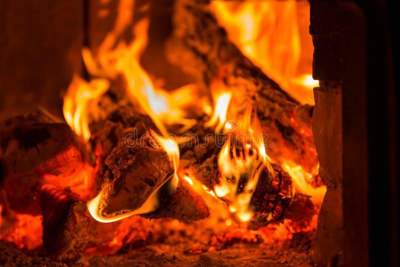 Πυρκαγιά και άνθρακες στο φούρνο εστιών στοκ φωτογραφίες με δικαίωμα ελεύθερης χρήσης
