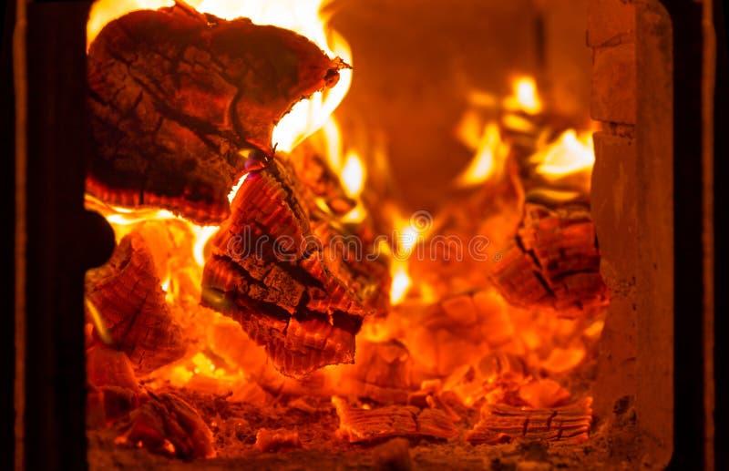 Πυρκαγιά και άνθρακες στο φούρνο εστιών στοκ εικόνα