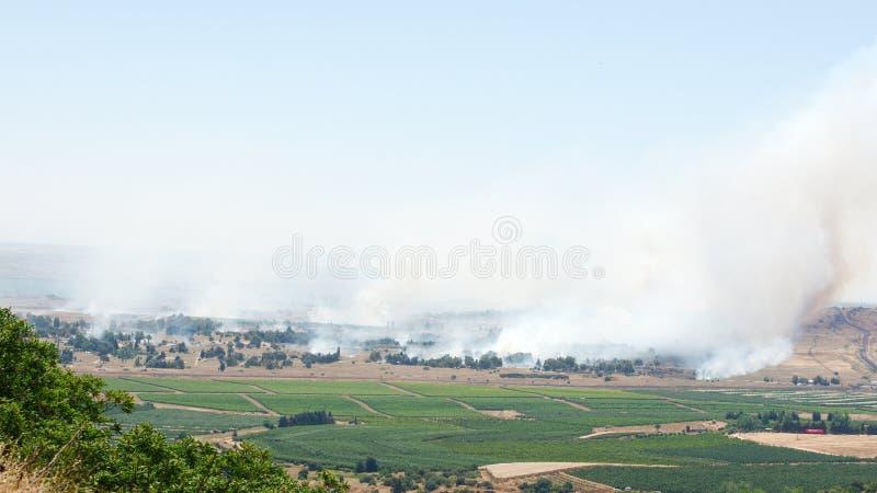 Πυρκαγιά και καπνός - πόλεμος στη Συρία κοντά στα ισραηλινά σύνορα στοκ φωτογραφίες
