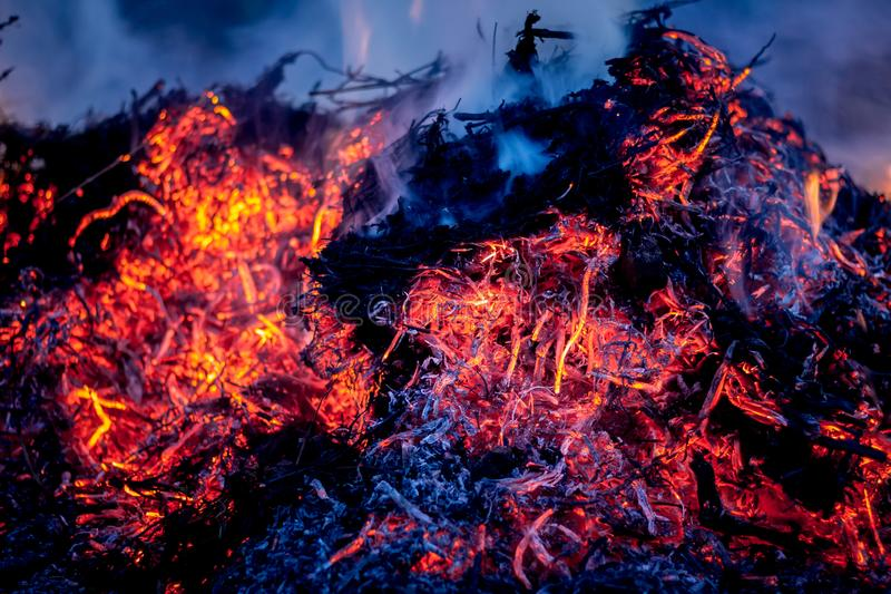 Πυρκαγιά και τέφρες κατά τη διάρκεια του καψίματος απορριμάτων στο night_ στοκ εικόνα με δικαίωμα ελεύθερης χρήσης