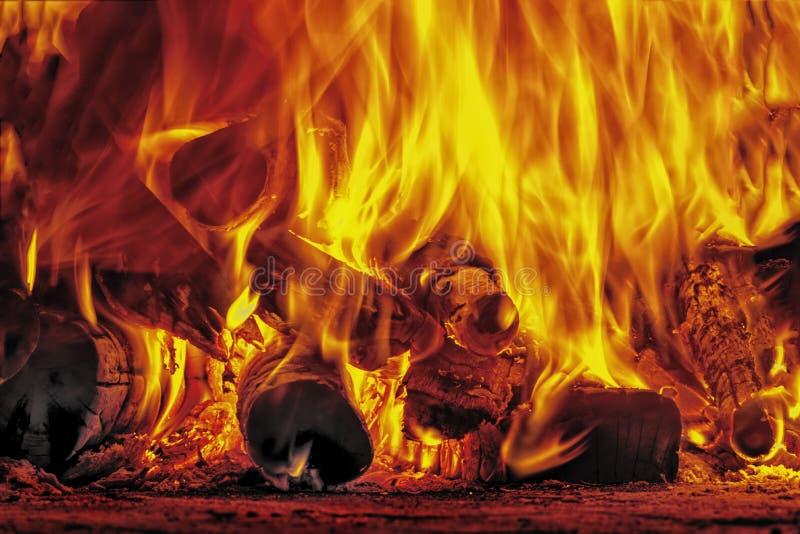 Πυρκαγιά και φλόγες στο καυσόξυλο στοκ φωτογραφίες