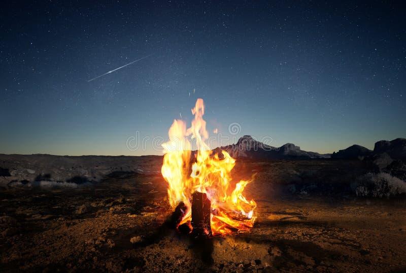 Πυρκαγιά καλοκαιρινό εκπαιδευτικό κάμπινγκ στο σούρουπο στοκ εικόνα