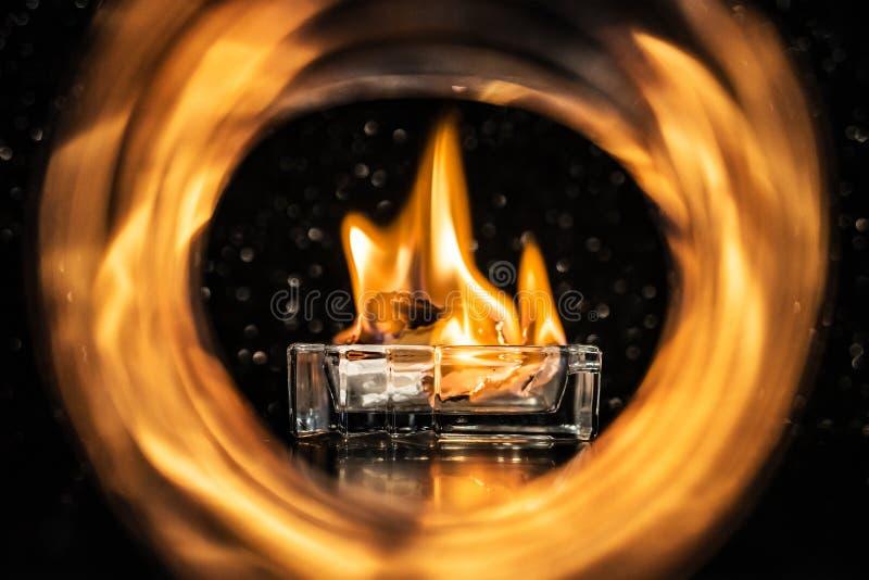 Πυρκαγιά μέσα στον ελαφρύ κύκλο στο σκοτάδι στοκ φωτογραφίες
