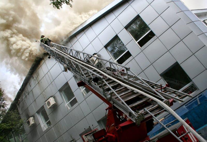 Download πυρκαγιά οικοδόμησης στοκ εικόνα. εικόνα από ήρωες, κάψιμο - 22786265