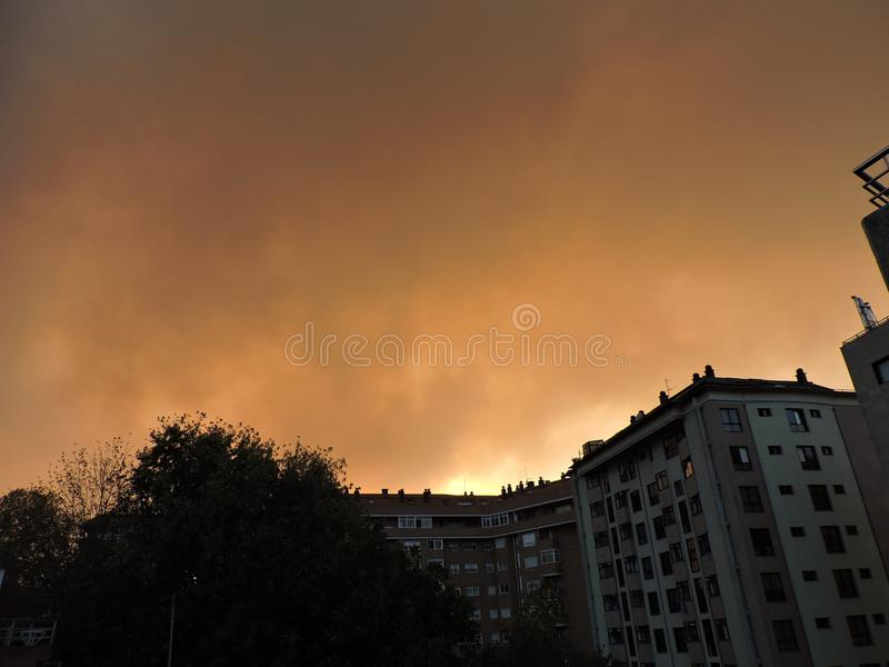 Πυρκαγιά που απειλεί την πόλη στοκ εικόνα