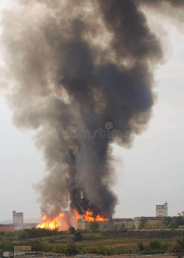 Πυρκαγιά σε ένα εργοστάσιο στοκ φωτογραφίες με δικαίωμα ελεύθερης χρήσης