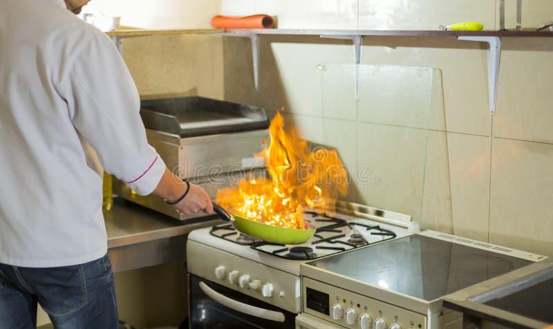 Πυρκαγιά σε ένα τηγανίζοντας τηγάνι στοκ φωτογραφίες