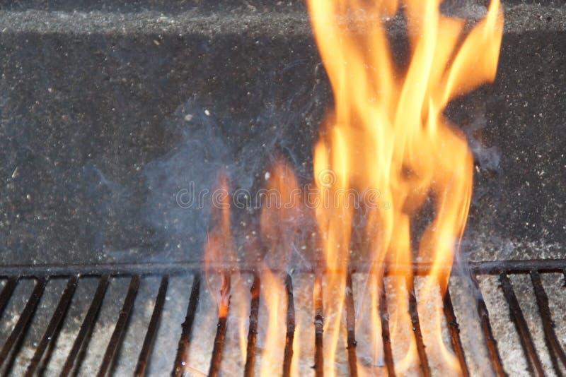 Πυρκαγιά σε μια σχάρα - μπροστινή άποψη στοκ φωτογραφία με δικαίωμα ελεύθερης χρήσης