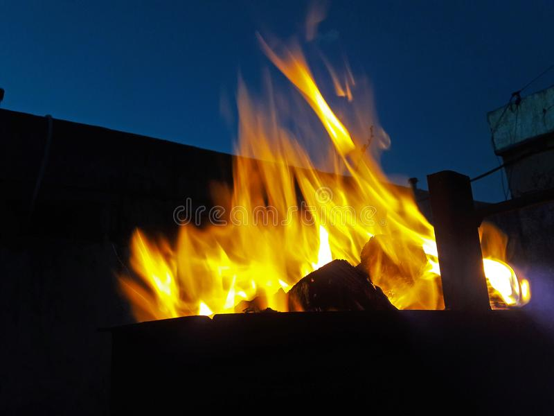 Πυρκαγιά στη σχάρα στοκ φωτογραφία