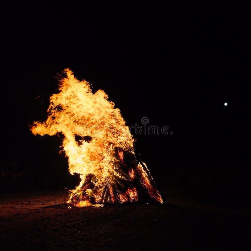 Πυρκαγιά στρατόπεδων στην παραλία στοκ φωτογραφία με δικαίωμα ελεύθερης χρήσης