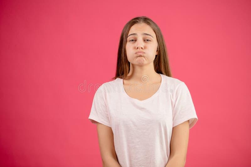 Πυροβοληθείς ενός προτύπου με τα αυξομειούμενα μάγουλα Κάνετε το αστείο πρόσωπο στοκ εικόνες με δικαίωμα ελεύθερης χρήσης