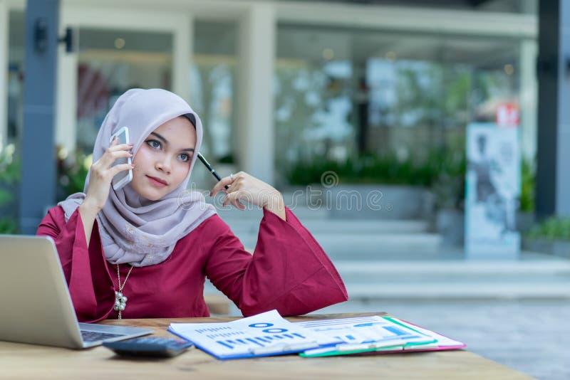 Πυροβοληθείς μιας ελκυστικής μουσουλμανικής εργασίας επιχειρησιακών γυναικών στοκ φωτογραφία