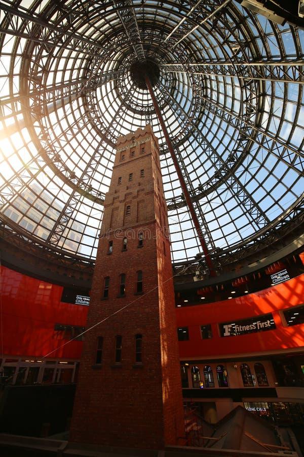 Πυροβοληθείς πύργος του ιστορικού κοτετσιού, που περιβάλλεται από την κεντρική μ-υψηλή κωνική στέγη γυαλιού 84 της Μελβούρνης στοκ εικόνες
