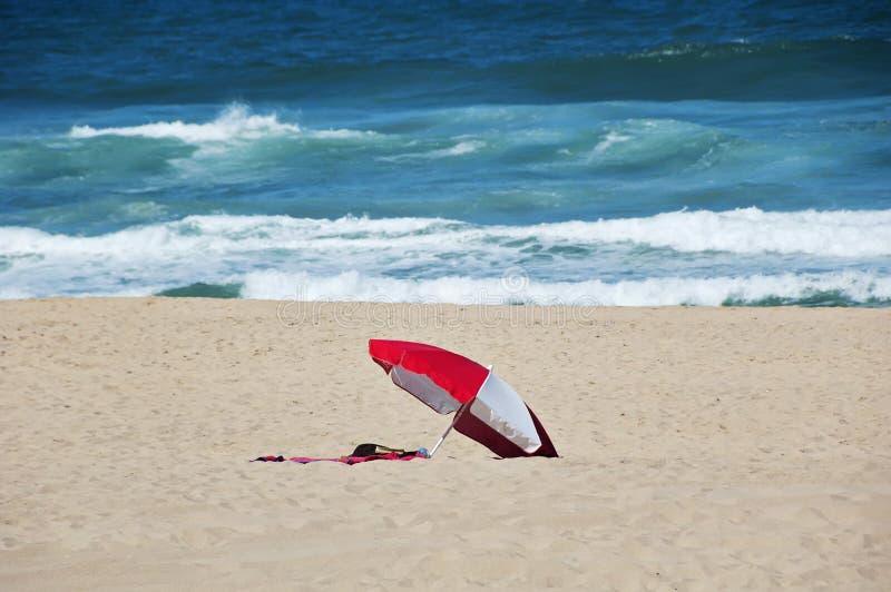 Πυροβοληθείς της ομπρέλας στην παραλία στοκ φωτογραφία