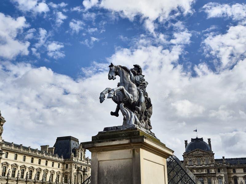 Πυροβοληθείς του ιππικού αγάλματος του βασιλιά Louis XIV στοκ φωτογραφία