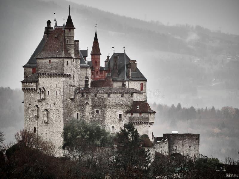 Πυροβοληθείς του πύργου Menthon Άγιος Bernard, ένα ιστορικό κάστρο κοντά στο Annecy στοκ εικόνες
