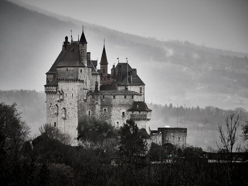 Πυροβοληθείς του πύργου Menthon Άγιος Bernard, ένα ιστορικό κάστρο κοντά στο Annecy στοκ φωτογραφία