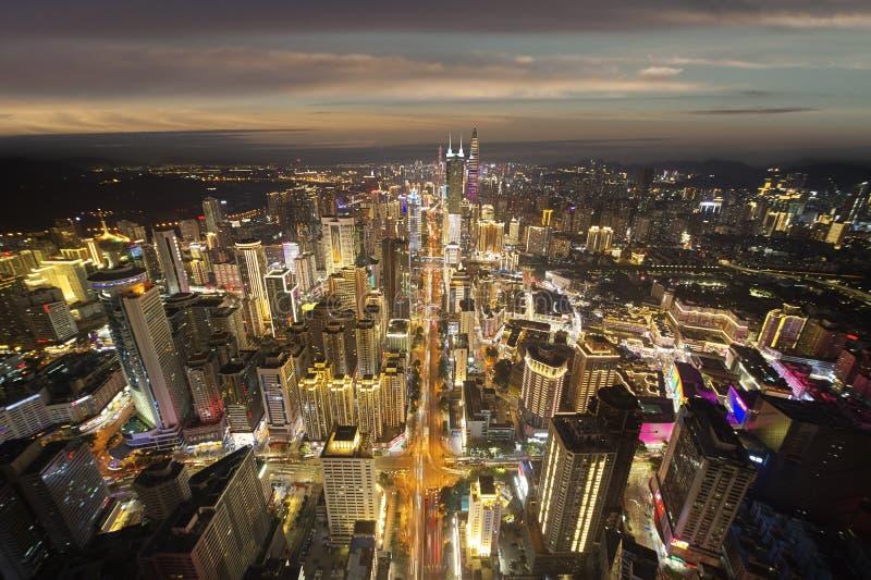 Πυροβοληθείσα κηφήνας εικονική παράσταση πόλης της δονούμενης πόλης Shenzhen Κίνα τη νύχτα στοκ φωτογραφία